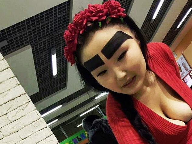 Жительница Якутии прославилась всети благодаря гигантским нарисованным бровям