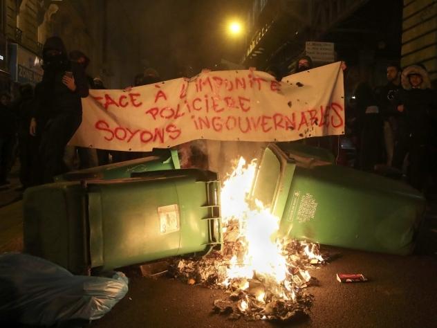 Для разгона толпы применили слезоточивый газ— Беспорядки встолице франции