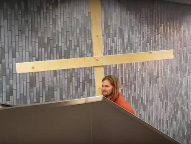 «Иисус» пробил крестом потолок вметро