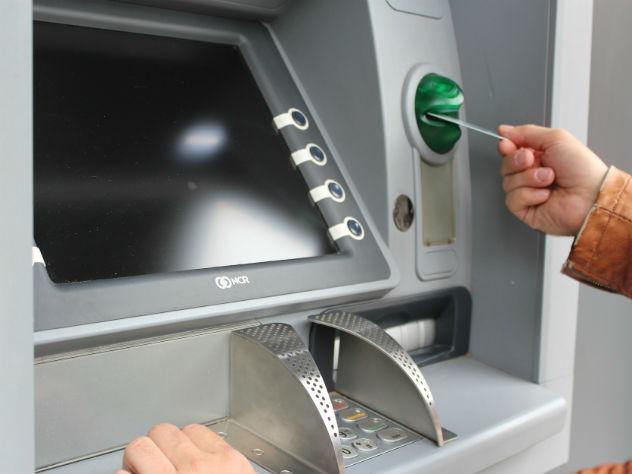 Банкам разрешили брать комиссию заснятие наличных денежных средств скарт Visa