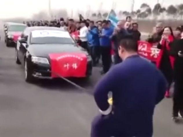 Китаец отбуксировал семь авто своими гениталиями