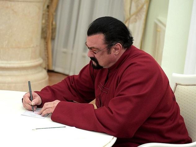 На «Миротворец» запосещение Крыма попал Стивен Сигал
