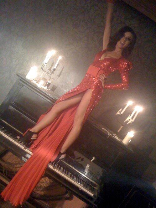 В ролике Аня танцует в супер-открытом платье.