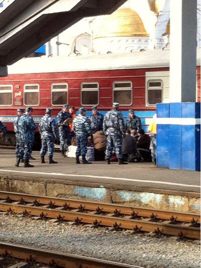 Челябинский вокзал: конвой запретил осуждённым приближаться к певцу МАЛИКОВУ, сдержав стремление последних лично пожать ему руку