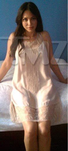 При этом из одежды на Оксане лишь пикантная ночная рубашка