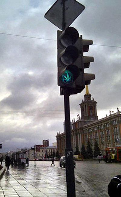 ...третий день шокирует водителей и пешеходов в Екатеринбурге