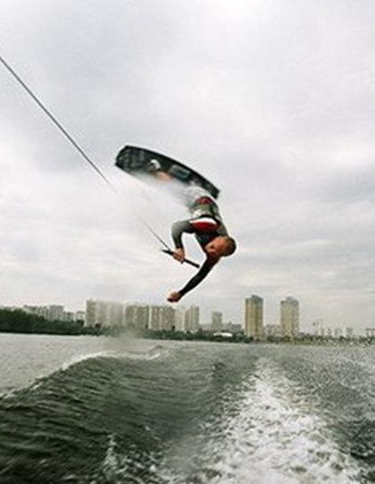 ... сочетающий элементы воднолыжного слалома, акробатики и прыжки.