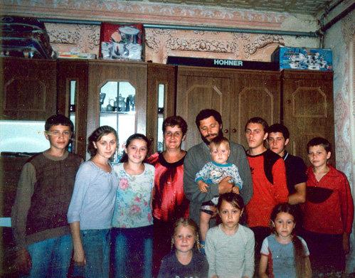 Корина (вторая слева) в кругу семьи