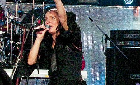 Продюсеры говорят о Елене: «Она так заводится на сцене, что вместо двух положенных песен может исполнить десять»
