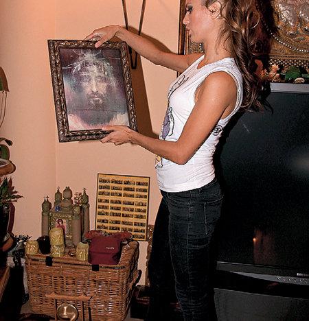 Телеведущая бережно хранит предметы религии, привезённые из разных стран