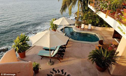 Бритни и Джесон арендовали роскошную частную виллу на фешенебельном мексиканском курорте Conchas Chinas resort, которая обходится парочке в 5 тысяч долларов в день.