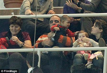 Пока футболист играет, с малышом нянчится бойфренд матери Роналду