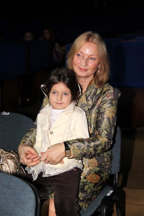Мама Анастасии ВОЛОЧКОВОЙ с внучкой Ариандой