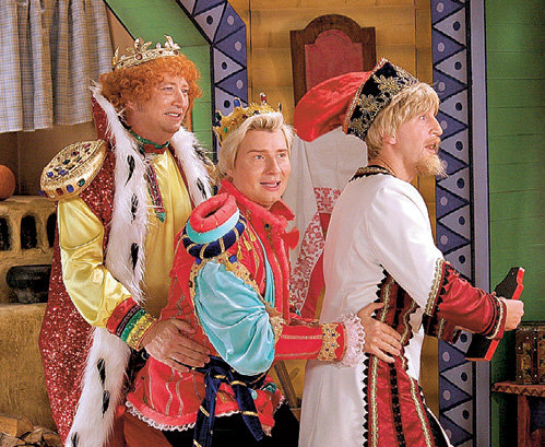 Поиском невесты для Ивана Царевича (БАСКОВ) озабочены Царь-батюшка (ГАЛЬЦЕВ) и его косой помощник (КУЧЕРА)
