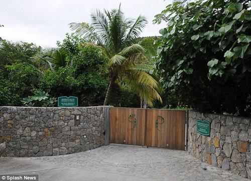 Ворота поместья АБРАМОВИЧА выглядят довольно скромно: и не догадаешься, что за ними скрываются угодья стоимостью 90 млн. долларов