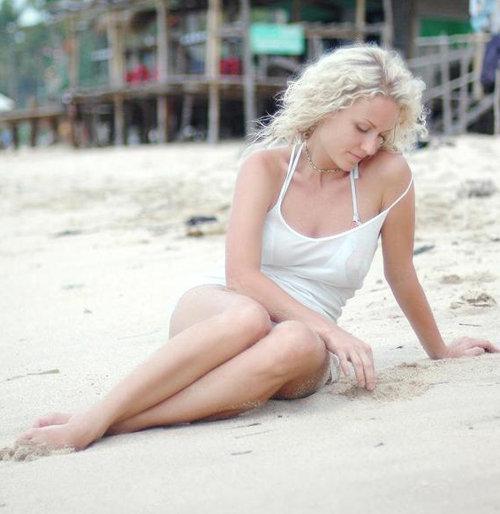 Во время отдыха на Бали Катя с удовольствием позировала в мокрой маечке