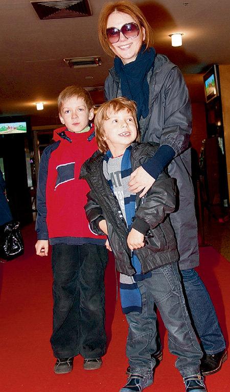 Ольга БУДИНА свозила сынишку Наума в европейский Диснейленд (слева друг мальчика)