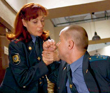 С подполковником Зиминой (Виктория ТАРАСОВА) спорить бесполезно (на фото с «Глухарем» Максимом АВЕРИНЫМ) (фото Д. НОВИКОВА/mokrov.net)