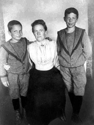Клара души не чаяла в своих сыновьях Косте (слева) и Максиме