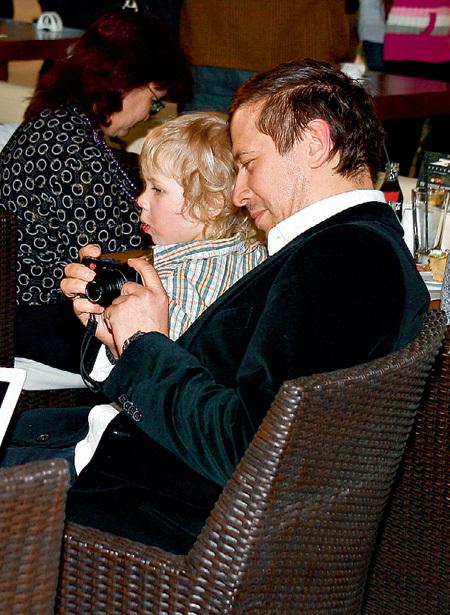 Актёр мечтает научить сына Фёдора фотографировать, но мальчику это занятие кажется совсем неинтересным