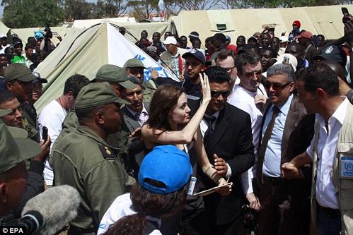Анджелина ДЖОЛИ на тунисско-ливийской границе