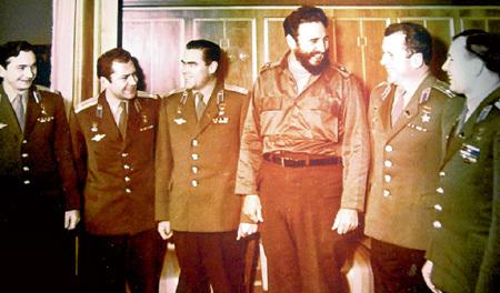 Первые космонавты с лидером социалистической Кубы: В. БЫКОВСКИЙ, Г. ТИТОВ, А. НИКОЛАЕВ, Ф. КАСТРО, П. ПОПОВИЧ, Ю. ГАГАРИН