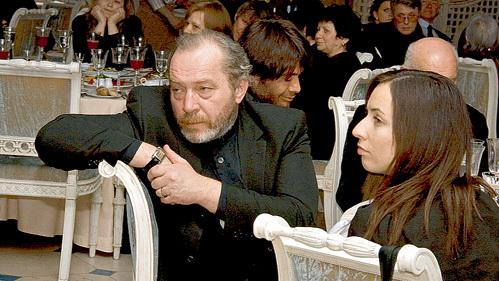 Рядом с Сергеем Михайловичем за столом сидела симпатичная девушка. Кто она, так и осталось загадкой