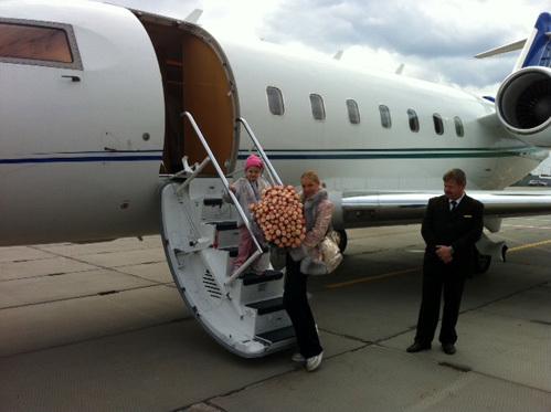 Путешествует балерина на частном самолёте