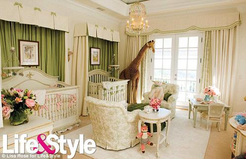 Одно из главный украшений комнаты - огромный жираф, которого певице подарило семейство ОСБОРНОВ