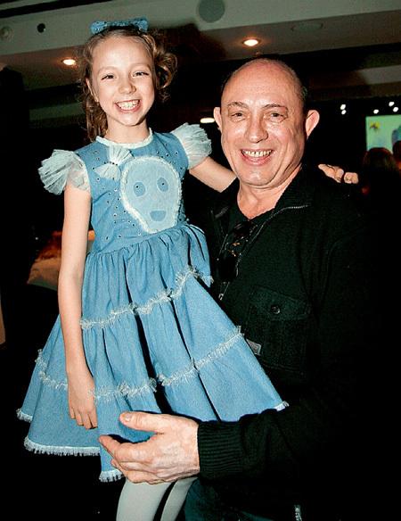 Виктор НАЧАЛОВ, пока дочь осваивается в США, помогает Сонечке стать юной звёздочкой