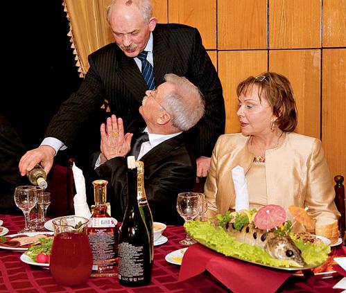 НИКОНЕНКО решил не тратить время на шампанское и сразу велел налить себе водочки. Его жену это насторожило