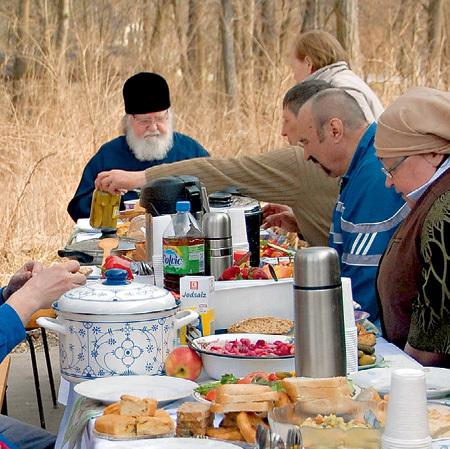 ...за столом сидят священнослужители и волонтёры из числа русских эмигрантов