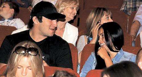 В кинозале Саша чаще смотрел не на экран, а на Аню