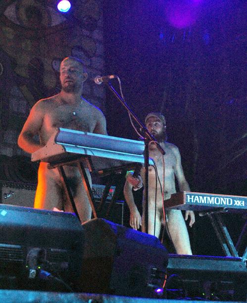 Трутся сосками выступление голых на сцене видео прозрачные наряды интим