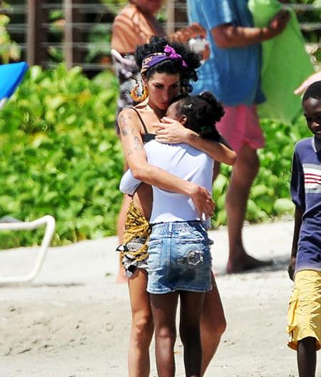 На острове Сент-Люсия Эми УАЙНХАУС подружилась с девочкой с Даниликой АВГУСТИН