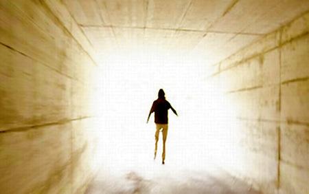 Многие, пережившие клиническую смерть, рассказывали о свете в конце туннеля