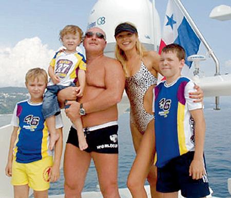У АГУРБАША с супругой Анжеликой столько детей, что в кадре поместились не все (фото kp.ru)