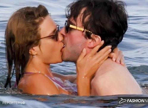Папарацци на Ибице то и дело натыкаются на целующихся Наталью Водянову и Антуана Арно. Фото: fashionnewz.nl