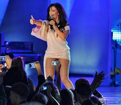 Фото певицы под юбкой