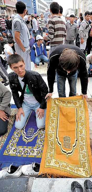 Мусульман не волнует, что их религиозные традиции мешают людям жить (фото Владимира ВЕЛЕНГУРИНА/Комсомольская правда)