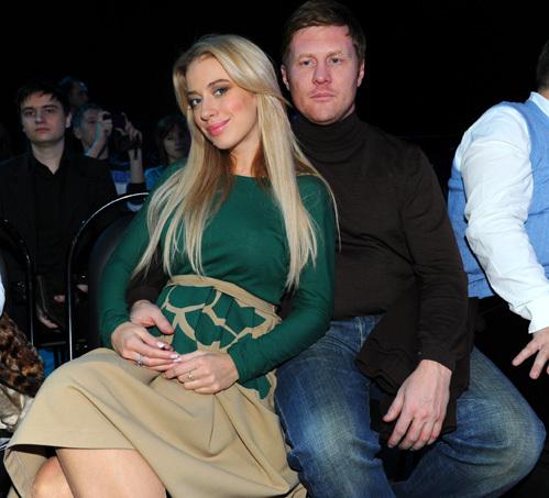 Беременная Анна ДУБОВИЦКАЯ на Неделю высокой моды приходила исключительно с мужем, бизнесменом Сергеем АНОХИНЫМ (фото Милы СТРИЖ)