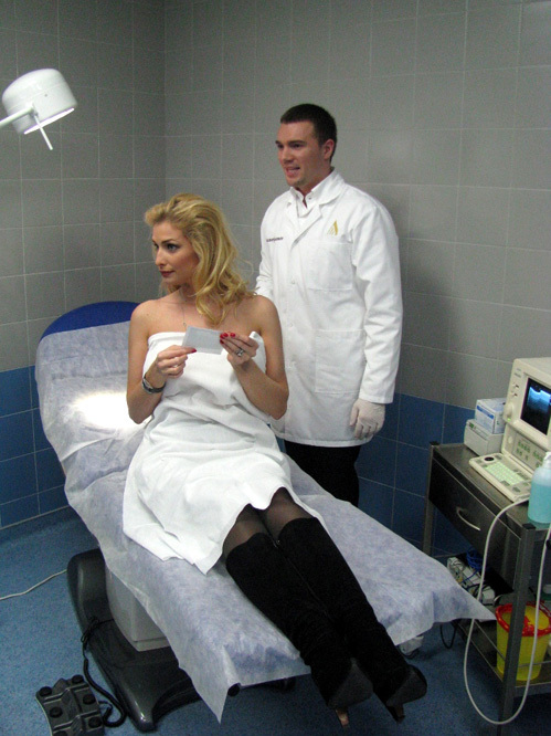 Пластический хирург Андрей ИСКОРНЕВ, воплотив в жизнь мечту многих мужчин, проверил грудь КОТОВОЙ
