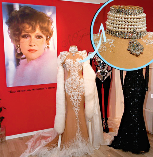 В этих платьях актриса блистала в бенефисе «Марковна. Перезагрузка». А снимок слева для СЕНИНА - самый любимый портрет жены