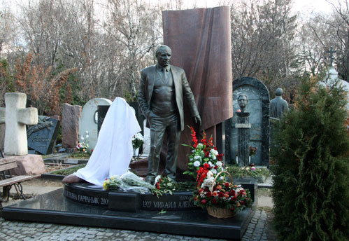 До начала церемонии памятник Алле ПАРФАНЬЯК был накрыт белой материей