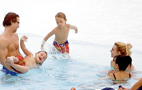 В бассейне отеля нашлось место и Бритни, и ее маме Линн, и бойфренду Джейсону