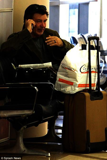 Алек Болдуин в аэропорту Лос-Анджелеса в ожидании следующего рейса