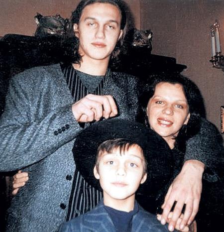Виктор с мамой Аллой Геннадьевной и младшим братом Петей (1999 г.)