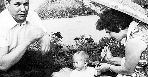 Когда у ЕЛЬЦИНЫХ родилась первая дочь Елена, Борис Николаевич пообещал, что следующим обязательно будет сын. Для этого во время интимных моментов он подкладывал под подушку жене топор и фуражку, но и после этого родилась девочка - Татьяна