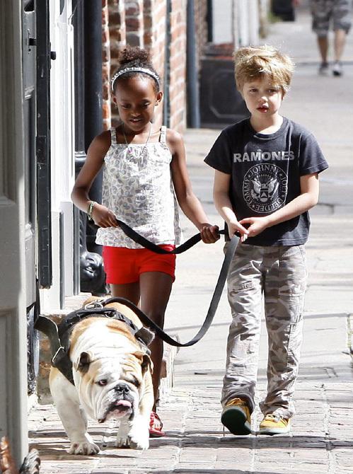 Шайло и Захара ежедневно выгуливают собаку