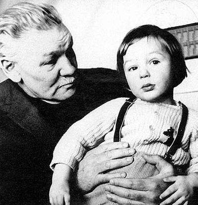 Всеволод Васильевич с внуком Павликом